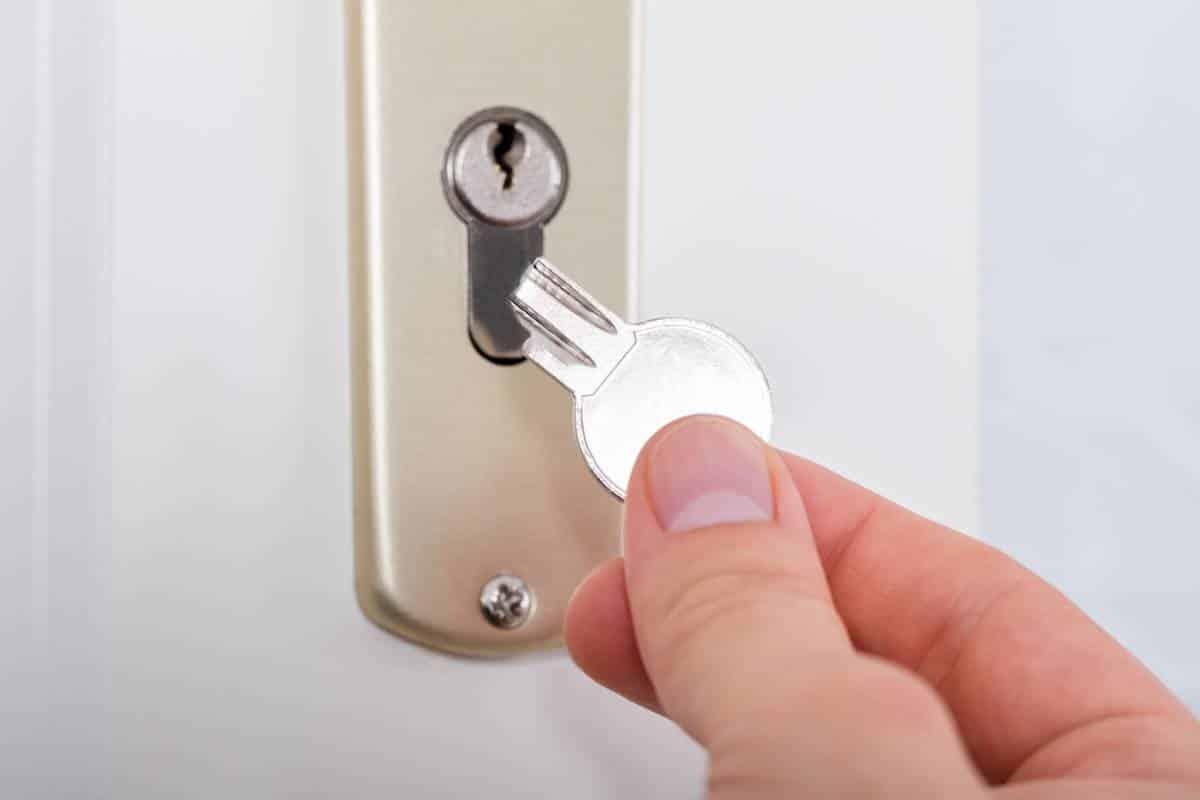 Comment réparer une clé cassée dans la serrure ?