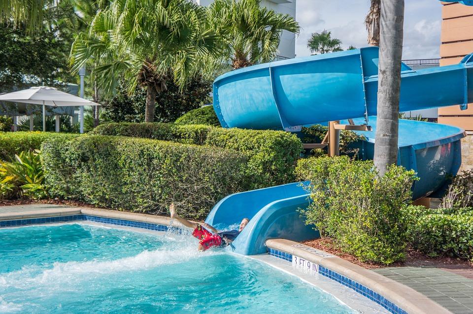 Points à considérer avant d'installer une glissière de piscine
